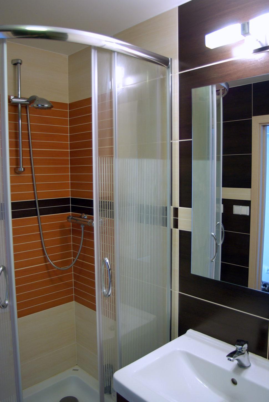 Oranžový sprchový kout.